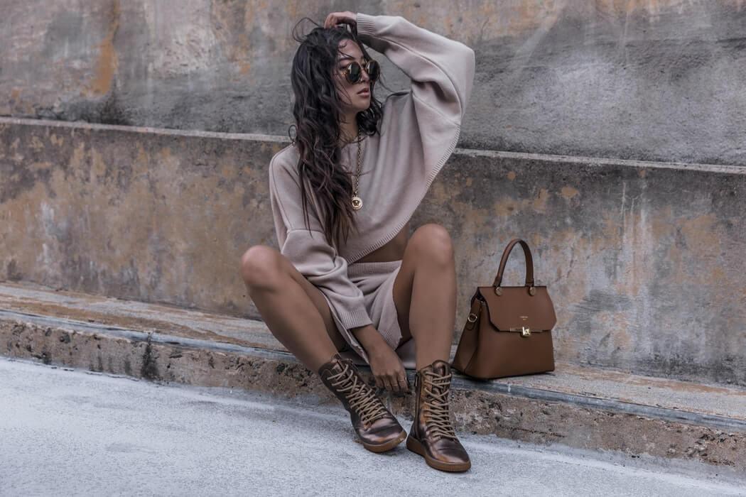 Frau Outfitbild in beige braun Tönen